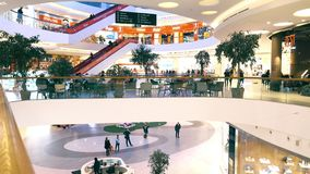 MOSKAU, RUSSLAND - FEBRUAR, 28, 2017 Cafés und Speicher moderner Einkaufszentrum Metropole Lizenzfreies Stockbild