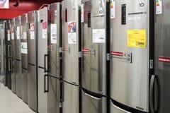 Moskau, Russland - 20. Februar 2018 Graue Kühlschränke in Elektronikladen Eldorado Stockfoto