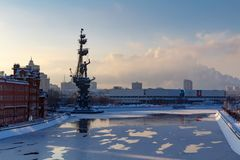 Moskau, Russland - 1. Februar 2018: Moskau im Winter Monument zu Peter I auf dem Moskva-Fluss Stockfotografie