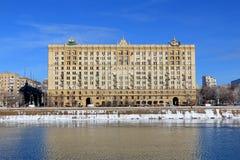 Moskau, Russland - 14. Februar 2019: Krasnopresnenskaya-Damm des Moskau-Flusses an einem hellen Wintertag stockbild