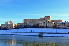 Moskau, Russland - 14. Februar 2019: Rostovskaya-Damm gegen den blauen Himmel stockfoto