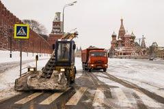MOSKAU, RUSSLAND 8. FEBRUAR: Schneereinigungsausrüstung beseitigt Th Stockbilder