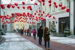 Moskau, Russland - 11. Februar 2018 Tretjakow-Durchgang in Form verziert mit Ballonen von Herzen für Valentine Day Lizenzfreies Stockbild