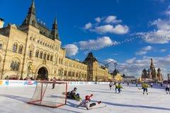 MOSKAU, RUSSLAND - 27. FEBRUAR 2016: Winteransicht über Roten Platz mit GUMMI und Rochen rink, wohin der Kinder gehalten wurde Lizenzfreie Stockfotos