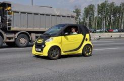 MOSKAU, RUSSLAND - 29 05 2015 Gelbes intelligentes Auto mit Werbung Linie-x auf Moskau Ring Road Lizenzfreie Stockfotos