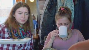 MOSKAU, RUSSLAND - 8 HANDELSZENTRUM 2018: Zwei junge Blondinen, die bei Tisch im Café sprechen stock video footage