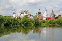 MOSKAU RUSSLAND Izmailovo der Kreml von der Seite des Teichs Lizenzfreie Stockfotos
