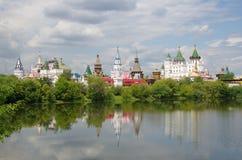 MOSKAU RUSSLAND Izmailovo der Kreml von der Seite des Teichs Lizenzfreies Stockbild