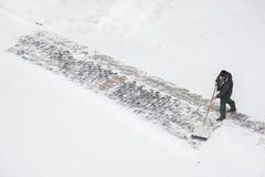 MOSKAU, RUSSLAND - 17. JANUAR 2016: Arbeitskraft entfernt Schnee von der Straße Lizenzfreies Stockbild