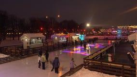 MOSKAU, RUSSLAND - JANUAR, 2, 2017 Cristmas und neues Jahr verzierten Eislaufring in berühmtem Gorky-Park, der an belichtet wurde Lizenzfreie Stockfotografie
