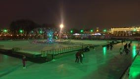 MOSKAU, RUSSLAND - JANUAR, 2, 2017 Cristmas und neues Jahr verzierten Eislaufring in berühmtem Gorky-Park, der an belichtet wurde Stockfotos