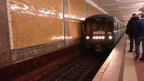 Moskau, Russland 23. Januar 2018: Der Zug in Moskau-U-Bahnstation kommt bei Krasnoselskaya an Redaktionelles Video stock footage