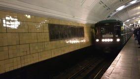 Moskau, Russland 23. Januar 2018: Der Zug in Moskau-U-Bahnstation kommt in Biblioteka-imeni Lenina an Redaktionelles Video stock footage
