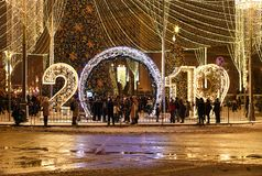 Moskau, Russland - 2. Januar 2019 2019 - helle Installation auf einem Lubyanka-Quadrat lizenzfreie stockfotografie