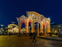 MOSKAU, RUSSLAND - 10. Januar 2018 helle Installation an der Festivalreise am Weihnachten am Revolutions-Quadrat Stockfoto