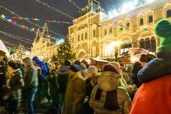 MOSKAU, RUSSLAND - 3. JANUAR 2017: Leute auf Weihnachtsmarkt auf dem Roten Platz Lizenzfreie Stockfotografie