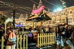 MOSKAU, RUSSLAND - 3. JANUAR 2017: Leute auf Weihnachtsmarkt auf dem Roten Platz Stockbild