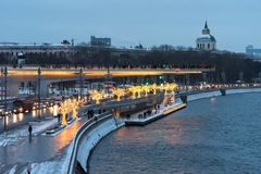 Moskau, Russland - 5. Januar 2018: Poryachiy-Brücke in Zaryadye-Park am Abend mit neues Jahr ` s und in den Weihnachtslichtern in Lizenzfreies Stockfoto