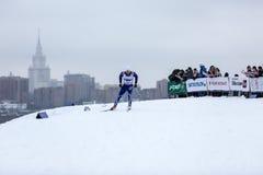 Moskau, RUSSLAND - 18. Januar 2015: Rennteilnehmer von FIS kontinentaler Ski Cup Stockfoto