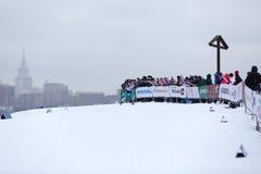 Moskau, RUSSLAND - 18. Januar 2015: Rennteilnehmer von FIS kontinentaler Ski Cup Lizenzfreies Stockfoto