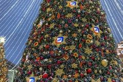 Moskau, Russland - 2. Januar 2019 Schöne Fichte auf Lubyanka-Quadrat während Festival Reise nach Weihnachten Dekoration mit Logo lizenzfreie stockfotos