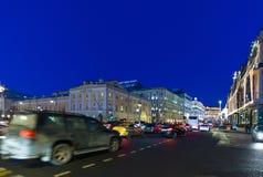 MOSKAU, RUSSLAND - 10. Januar 2018 Theater-Weg-Straße verziert in den Weihnachtslichtern Stockbild