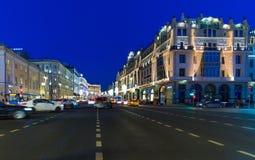 MOSKAU, RUSSLAND - 10. Januar 2018 Theater-Weg-Straße verziert in den Weihnachtslichtern Lizenzfreie Stockfotos