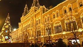 MOSKAU, RUSSLAND - JANUAR, 2, 2017 Traditioneller neues Jahr- und Weihnachtsmarkt auf dem Roten Platz Belichteter GUMMI Stockfotografie
