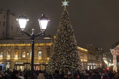 Moskau, Russland - 2. Januar 2019 Weihnachtsbaum während des Weihnachtsfests Straße Kuznetsky-Brücke lizenzfreie stockfotografie