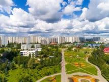 Moskau, Russland - 20. Juli 2017 Ansicht von der Höhe des Boulevards mit Blumen in Zelenograd Stockfoto