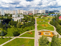 Moskau, Russland - 20. Juli 2017 Ansicht von der Höhe des Boulevards mit Blumen in Zelenograd Stockbild