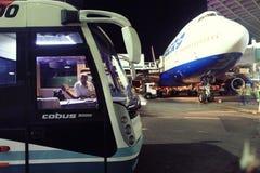 Moskau, RUSSLAND - 27. Juli: Die Buspassagiere, die den Flugzeugen geflogen werden, trifft sich in Domodedovo am 27. Juli 2014 Stockfoto
