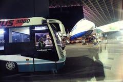 Moskau, RUSSLAND - 27. Juli: Die Buspassagiere, die den Flugzeugen geflogen werden, trifft sich in Domodedovo am 27. Juli 2014 Stockfotografie