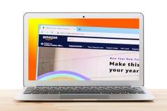 Moskau, Russland - Juli 2018: On-line-Einkaufsnetzhomepage Amazonas auf Laptopanzeige gegen lokalisierten Hintergrund lizenzfreie stockfotografie