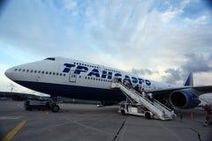 Moskau, RUSSLAND - 28. Juli: Passagiere, die ein Flugzeug am 28. Juli 2014 besteigen Lizenzfreie Stockbilder