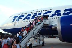 Moskau, RUSSLAND - 28. Juli: Passagiere, die ein Flugzeug am 28. Juli 2014 besteigen Lizenzfreies Stockfoto