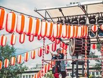 Moskau, Russland - 16. Juli 2017: Spiel der Musiker ASKA-GUMI, welches das taiko auf Szene yagura während des japanischen Festiva Lizenzfreies Stockfoto