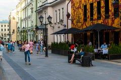 Moskau, Russland - 25. Juli 2017 Stoleshnikov-Weg ist Fußgängerstraße in der historischen Mitte der Stadt Lizenzfreie Stockbilder