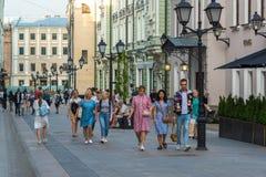 Moskau, Russland - 25. Juli 2017 Stoleshnikov-Weg ist Fußgängerstraße in der historischen Mitte der Stadt Traditioneller Ort von  Lizenzfreies Stockbild