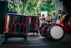 Moskau, Russland - 16. Juli 2017: Taiko trommelt O-kedo auf Szenenhintergrund Musikinstrument von Asien Stockfotos