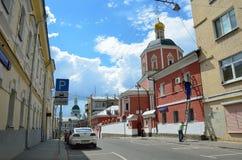 Moskau, Russland, Juni, 12, 2017, a-Auto nahe der Kirche der heiligen Apostel Peter und Paul durch das Yauza-Tor unter bewölktem  Stockfotos