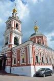 Moskau, Russland, Juni, 12, 2017, a-Auto nahe der Kirche der heiligen Apostel Peter und Paul durch das Yauza-Tor unter bewölktem  Lizenzfreie Stockbilder