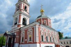 Moskau, Russland, Juni, 12, 2017, die Kirche der heiligen Apostel Peter und Paul durch das Yauza-Tor unter bewölktem Himmel, Mosk Lizenzfreie Stockbilder