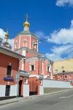Moskau, Russland, Juni, 12, 2017, die Kirche der heiligen Apostel Peter und Paul durch das Yauza-Tor unter bewölktem Himmel, Mosk Stockbilder