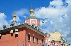 Moskau, Russland, Juni, 12, 2017, die Kirche der heiligen Apostel Peter und Paul durch das Yauza-Tor unter bewölktem Himmel, Mosk Stockfotos
