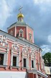 Moskau, Russland, Juni, 12, 2017, die Kirche der heiligen Apostel Peter und Paul durch das Yauza-Tor unter bewölktem Himmel, Mosk Stockfotografie