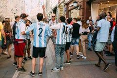 MOSKAU, RUSSLAND - JUNI 2018: Eine Gruppe von Argentinien lockert in der nationalen Uniform auf den Straßen von Moskau während de stockbild