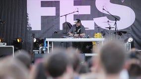 MOSKAU, RUSSLAND - 6. JUNI 2015: Eldery-Großvater DJ in dem DJ p stock video