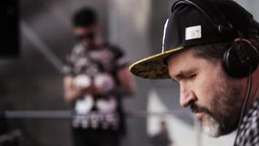 MOSKAU, RUSSLAND - 6. JUNI 2015: Eldery-Großvater DJ in DJ täfeln stock footage