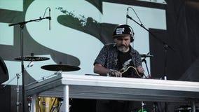 MOSKAU, RUSSLAND - 6. JUNI 2015: Eldery-Großvater DJ in DJ täfeln stock video